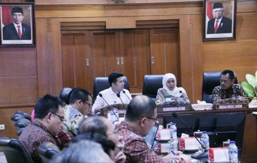 Rapat terbatas yang dipimpin Gubernur Jatim Khofifah