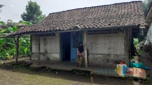 Kondisi rumah Nenek Atun di Kelurahan Buring, Kecamatan Kedungkandang Kota Malang yang direncanakan masuk dalam program bedah rumah (Pipit Anggraeni/MalangTIMES)