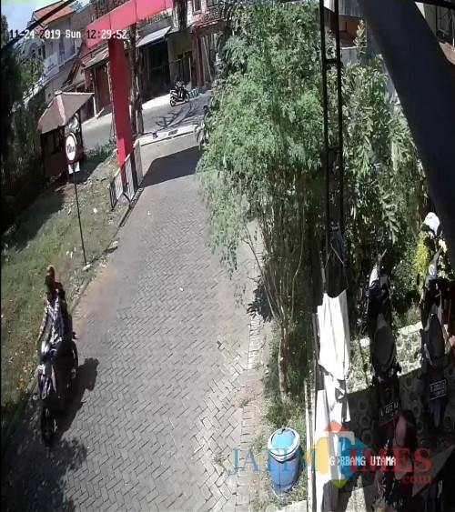 Hasil rekaman CCTV sesaat setelah pelaku penjambretan melancarkan aksinya (Foto : Humas Polres Malang for MalangTIMES)
