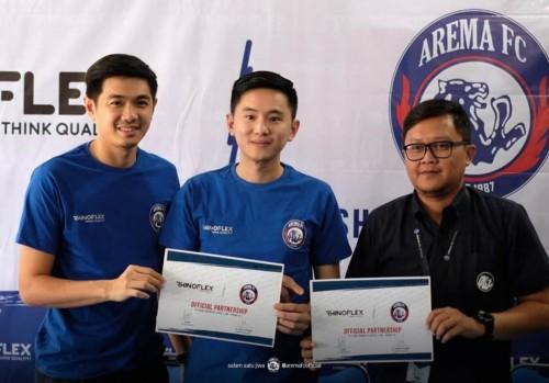 Store Manager Arema FC Tjiptadi Purnomo (paling kanan) saat mengenalkan Rhinoflex sebagai sponsor Arema FC untuk Liga 1 2020. (official Arema FC)