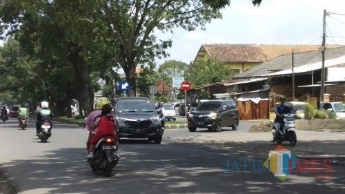 Pengendara harus sedikit berbelok dari arah jalan kembar Ki Agemg Gribig saat melalui bangunan dan tempat cucian mobil yang masih berdiri di kawasan exit Tol Mapan di Kelurahan Madyopuro (dok. MalangTimes)