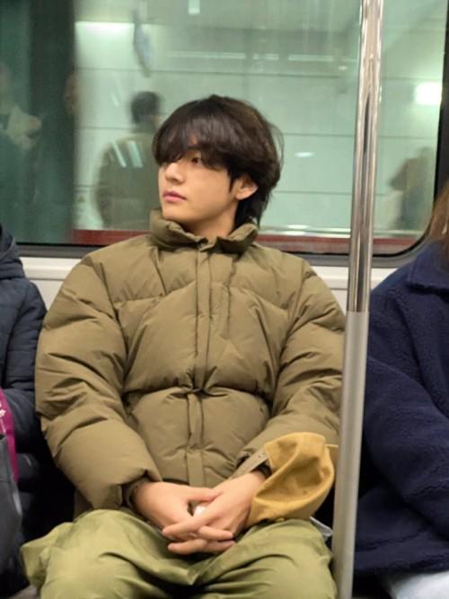 V BTS saat asyik menaiki kereta bawah tanah di Seoul Korea Selatan (Istimewa).