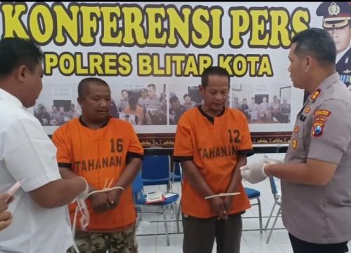 Polres Blitar Kota tangkap dua penjual olahan ayam tiren.