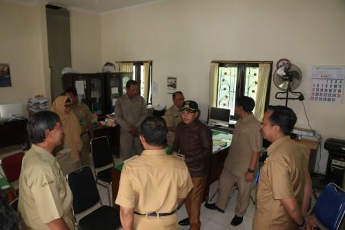 Wali Kota Malang Sutiaji (jaket coklat bertopi) saat ngantor ke Kelurahan Cemorokandang, Senin (13/1) (Foto: Humas Pemkot Malang)