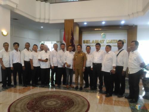 Pengurus Gapensi Lumajang bersama Bupati Lumajang H. Thoriqul Haq (Foto : Moch. R. Abdul Fatah / Jatim TIMES)