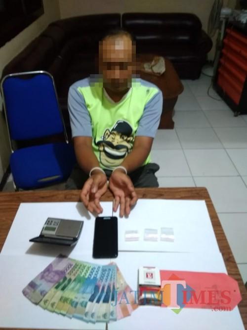 Tersangka Bachron Chrisantono beserta barang bukti sabu saat diringkus polisi. (Foto: Humas Polres Malang for MalangTIMES)