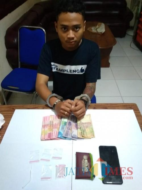 Tersangka Bejo Parmanto beserta barang bukti narkoba jenis sabu saat diringkus polisi. (Foto : Humas Polres Malang for MalangTIMES)