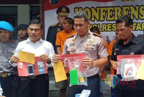 Polisi menunjukkan BB sabu-sabu dari tersangka Bambang Setiawan. (Foto : Team BlitarTIMES)