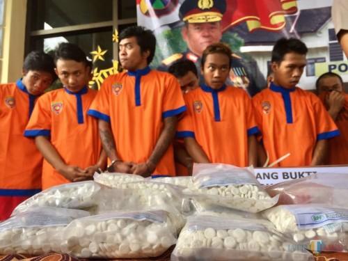 Barang bukti pil double l saat menangkap para pengguna dan pengedar di Polres Batu beberapa saat lalu. (Foto: Irsya Richa/MalangTIMES)
