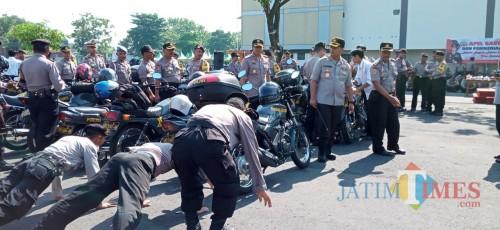 Anggota bBhabinkamtibmas di hukum push up oleh Kapolres lantaran peralatan yang mereka bawa kurang lengkap (Joko Pramono for Jatim Times)