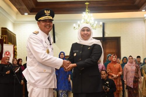 Gubernur Jatim Khofifah ketika melantik Bupati Mojokerto