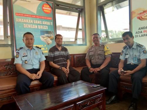 Kiki Rizky (dua dari kiri) yang mendapat pembebasan bersyarat di Lapas Kelas 1A Lowokwaru, Kota Malang(ist)