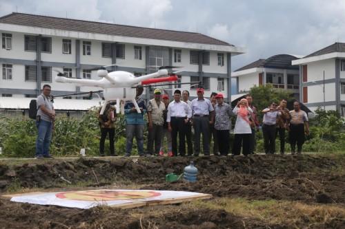 Uji Coba Drone Canggih Karya Dosen Fakultas Pertanian dan Peternakan (FPP) Dr. Ir. Wahono, MT. (Foto istimewa)