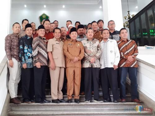 Wali Kota Malang Sutiaji (berkopyah) bersama KADIN Kota Malang usai pelaksanaan Audiensi di Balaikota Malang, Selasa (14/1) (Arifina Cahyanti Firdausi/MalangTIMES)