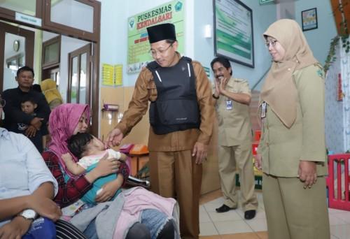 Wali Kota Malang Sutiaji (berkopyah) saat menyapa pengunjung di Puskesmas Kendalsari, Selasa (14/1) (Foto: Humas Pemkot Malang)