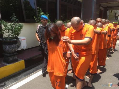 Sebanyak 19 tersangka yang diamankan anggota Polres Malang saat sesi rilis operasi berantas narkoba pada awal tahun 2020. (Foto : Ashaq Lupito / MalangTIMES)