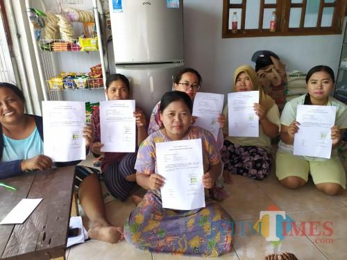 Beberapa keluarga yang menyatakan mundur sebagai penerima PKH (Foto : Moch. R. Abdul Fatah / Jatim TIMES)