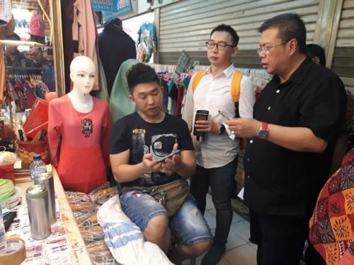 Anggota Komisi B John Thamrun ketika sidak ke Pasar Kapasan.