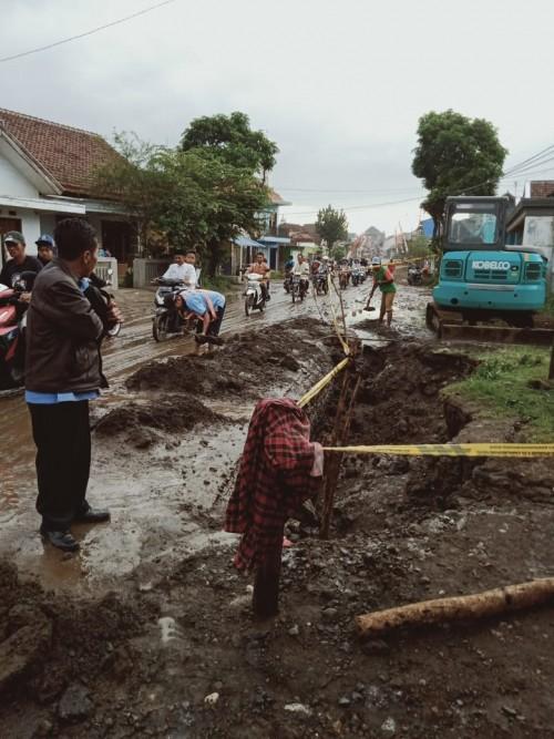 Proses pembersihan jalan dan pengamanan lokasi titik kebocoran baru pipa oleh petugas Perumda Tugu Tirta Kota Malang. (Foto: Istimewa)