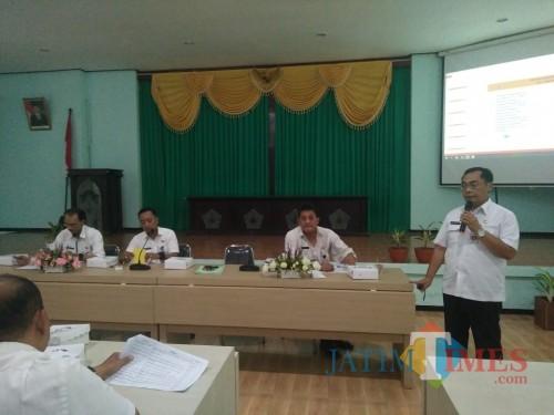 Kepala DPUPRPKP saat melakukan paparan kegiatan yang akan dilaksanakan tahun 2020 di Kecamata Kedungkandang (Anggara Sudiongko/MalangTIMES)