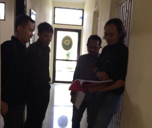 Koordinator Kuasa Hukum ZA, Bhakti Riza Hidayat (pegang berkas eksepsi) sesaat sebelum menjalani persidangan pelaku pembunuh begal