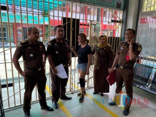 Maria P saat dibawa tim Kejari Kota Malang ke Lapas Wanita Klas II A Sukun  oleh Tim Kejari Kota Malang ( MalangTIMES)