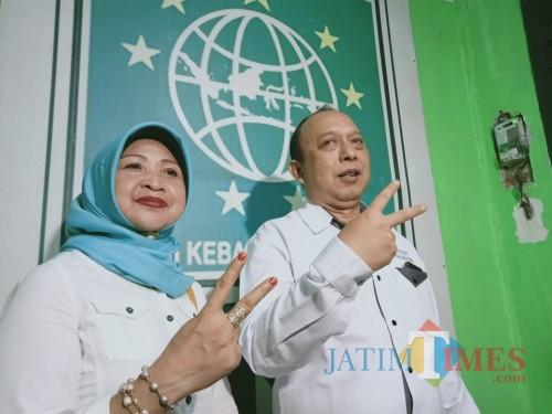 Totok Sugiarto dan istrinya Harti Wahyuni, usai memberikan keterangan pers kepada wartawan.(Foto : Aunur Rofiq/BlitarTIMES)