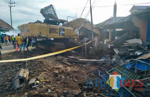 Posisi truk pengangkut backhoe yang menabrak rumah di Jl Ir Soekarno, Dusun Dadaptulis Utara, Kelurahan Dadaprejo, Kecamatan Junrejo, Kota Batu, beberapa waktu lalu. (Foto: Irsya Richa/MalangTIMES)