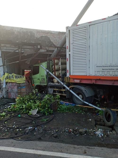 Kontainer Tabrak Rumah Kosong di Jalan Nasional Jombang