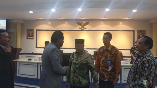 Bupati Malang M. Sanusi (tengah) saat berbincang dengan investor asing dalam penanaman modal untuk pengembangan wilayah Ngantang (Pipit Anggraeni/MalangTIMES).