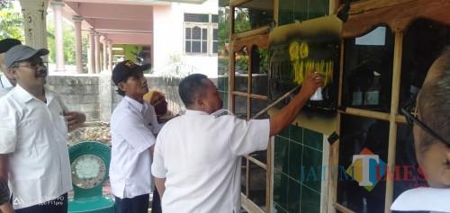 Pemberian label kepada keluarga penerima PKH (Foto : Korkab PKH / Jatim TIMES)