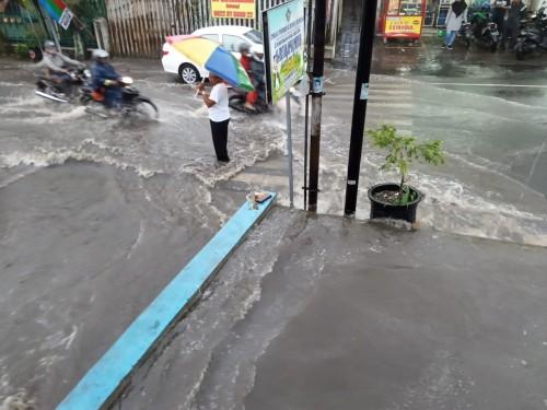 Air yang meluap dari Saluran Air di Jalan Semeru, Kelurahan Sisir, Kecamatan Batu. Rabu (15/1/2020). (Foto: istimewa)
