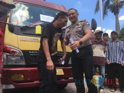 Mulyadi korban penipuan dan penggelapan (kaos hitam) saat menerima truk miliknya yang sempat dijadikan barang bukti oleh polisi (Foto : Ashaq Lupito / MalangTIMES)