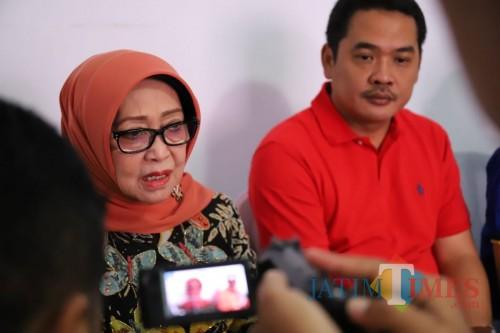 (kiri) Bupati Jombang Hj Mundjidah Wahab didampingi Wakil Bupati Jombang Sumrambah saat diwawancarai sejumlah. (Foto : Adi Rosul / JombangTIMES)
