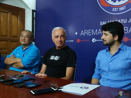 Mario Gomez (tengah) saat dikenalkan sebagai pelatih kepala Arema FC (Hendra Saputra)