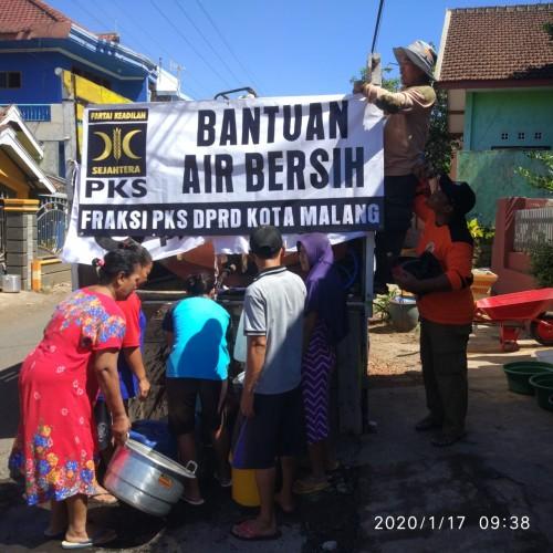 Beberapa warga terdampak air bersih saat mengantre untuk mengisi air bantuan dari Fraksi PKS DPRD Kota Malang (Foto: Fraksi PKS DPRD Kota Malang)