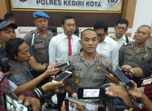 Kapolresta Kediri AKBP Miko Indrayana memberikan keterangan kepada awak media saat menggelar press rilis. (eko Arif s /JatimTimes)