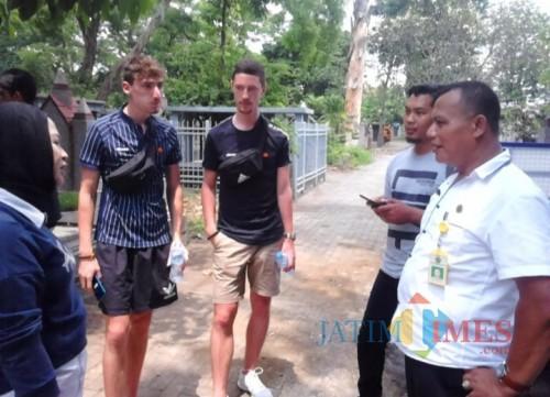 Dua Turis Belanda saat berkeliling bersama Kepala UPT PPU Takroni Akbar (paling kanan). (UPT PPU for MalangTIMES)
