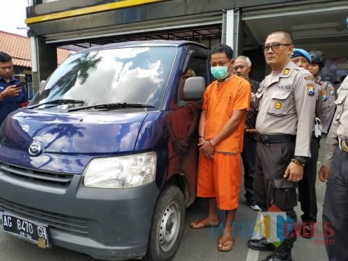 Yudi Monyet dan barang bukti mobil saat di Mapolres Tulungagung. (Foto: Anang Basso / Tulungagung TIMES)