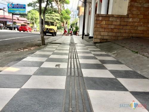 Trotoar ramah disabilitas di Jalan Diponegoro, Kelurahan Sisir, Kecamatan Batu. (Foto: Irsya Richa/MalangTIMES)