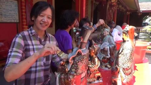 Prosesi memandikan patung dewa dewi di Kelenteng Eng An Kiong Malang. (Arifina Cahyanti Firdausi/MalangTIMES)