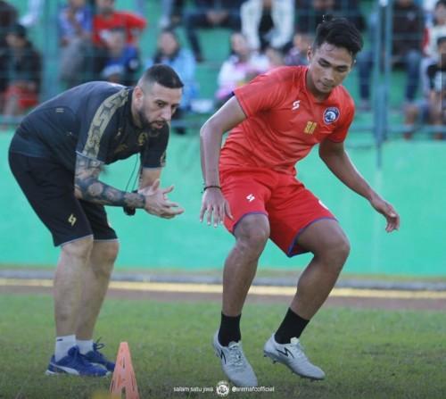 Marcos Gonzales saat memberi materi latihan fisik kepada pemain (official Arema FC)