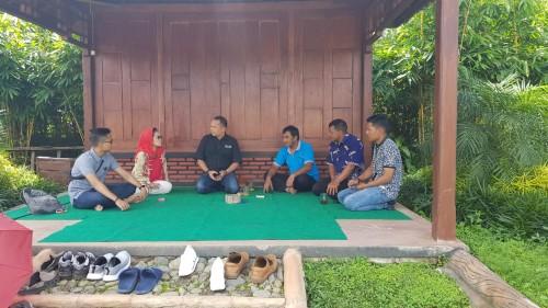 Anggota DPRD Jatim Sri Untari (dua dari kiri) saat berbincang santai mengenai potensi Wisata Kabupaten Malang, Minggu (19/1/2020) (Foto : Istimewa)