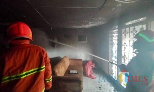 Petugas saat memadamkan api diJalan Lesti, Kelurahaan Ngaglik, Kecamatan Batu dilalap si jago merah, Minggu (19/1/2020).