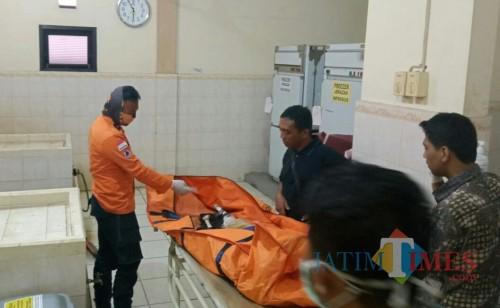 Mayat Mr. X ketika tiba di RS. dr. Haryoto Lumajang (Foto : BPBD Lumajang/ Jatim TIMES)
