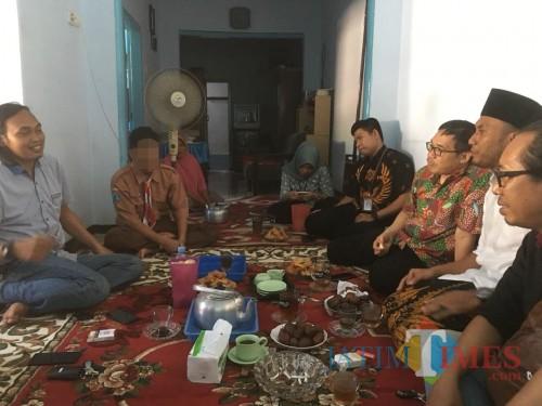 Kepala Plt. BPIP Prof Hariyono (duduk baris kanan dibagian tengah pakai kaca mata) saat mengunjungi kediaman pelaku pembunuhan begal (Foto : Ashaq Lupito)