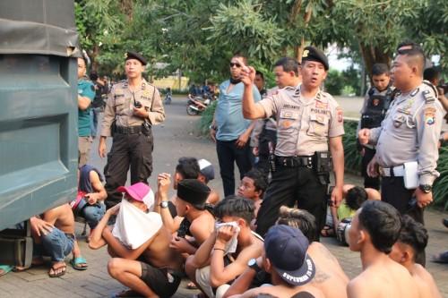 Para anak-anak yang diduga terlibat balap liar saat diamankan petugas (ist)