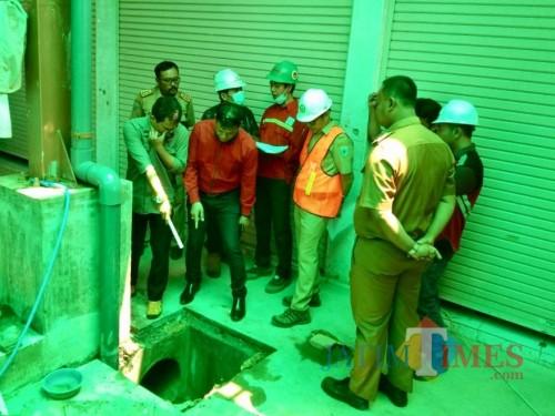 Beberapa anggota Komisi C DPRD Kota Batu saat melakukan sidak pasar sayur tahap dua,Senin (20/1/2020). (Foto: Irsya Richa/MalangTIMES)