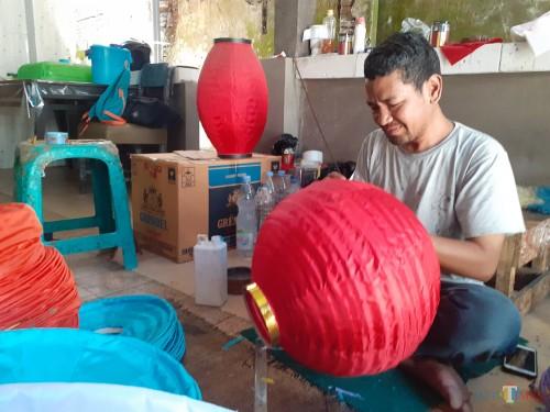 Perajin lampion saat mengerjakan pesanan untuk perayaan Tahun Baru Imlek (Arifina Cahyanti Firdausi/MalangTIMES)