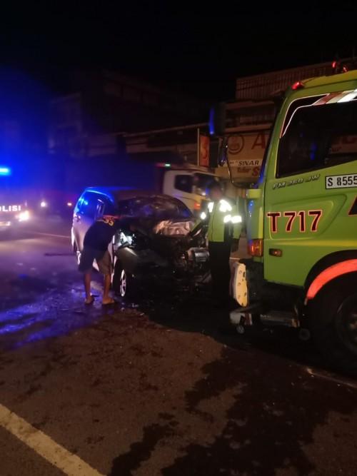 Kondisi mobil Xenia pasca adu moncong di jalan raya Mojoagung Jombang. (Istimewa)